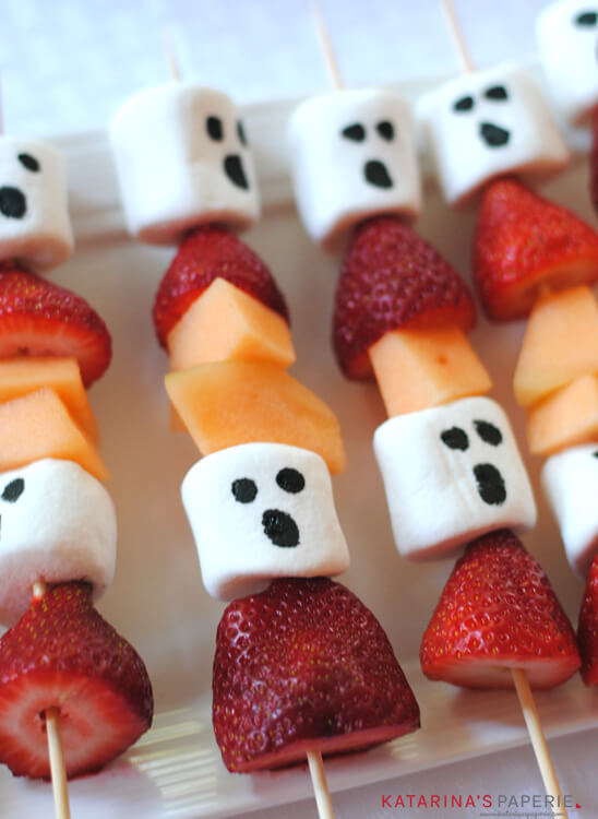 Halloween ghost fruit kabobs via Katrina's Paperie